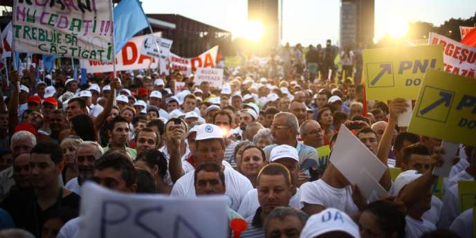 Des supporteurs du premier ministre l'écoutent parler pendant son discours, lors de manifestations en faveur de la destitution du président Basescu, le 26 juillet.