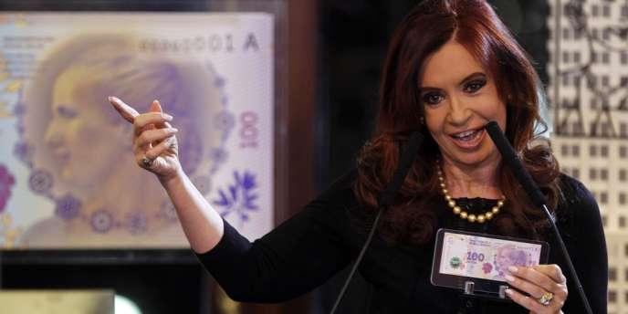 La présidente argentine, Cristina Kirchner, présente le billet de 100 pesos à l'effigie d'Eva Peron, lors d'une cérémonie à Buenos Aires, le 25 juillet.