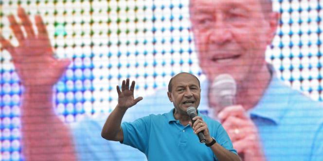 Le président roumain Traian Basescu devant ses partisans, le 26 juillet.