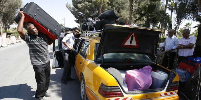 Des Palestiniens se préparent à passer le poste-frontière de Rafah, le 24 juillet.