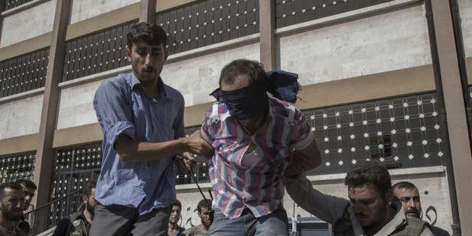 Un milicen présumé arrêté par l'Armée syrienne libre.