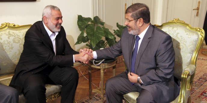 Le président égyptien Mohamed Morsi et le leader du Hamas, Ismaïl Haniyeh, au Caire, le 26 juillet.