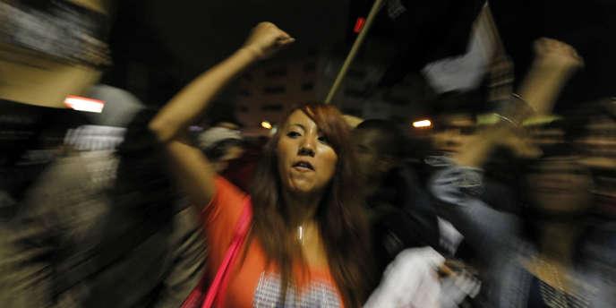 Des milliers de manifestants bloquaient, vendredi 27 juillet à Mexico, les studios de la télévision nationale Televisa.