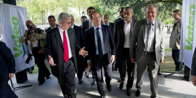 François Hollande et le PDG de Valeo, Jacques Aschenbroich, arrive le 27 juillet 2012 au centre de recherche de l'équipementier Valéo, à La Verrière, dans les Yvelines.