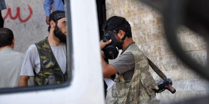 Des rebelles avant l'assaut de l'armée syrienne à Alep, le 25 juillet.