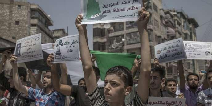 A Alep, à la sortie de la prière, le 27 juillet, les habitants ont pu pour la première fois manifester contre le régime sans essuyer de tirs.