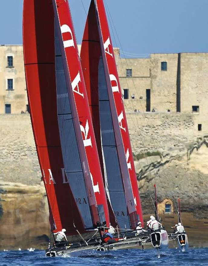 Deux multicoques de l'équipe Luna Rossa, lors d'une régate à Naples, en avril 2012.