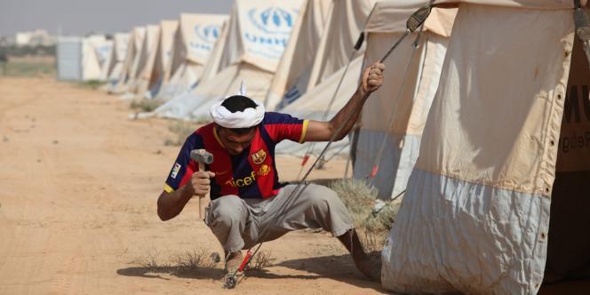 Un Jordanien prépare le premier camp de réfugiés syriens dans le royaume, dimanche 29 juillet.