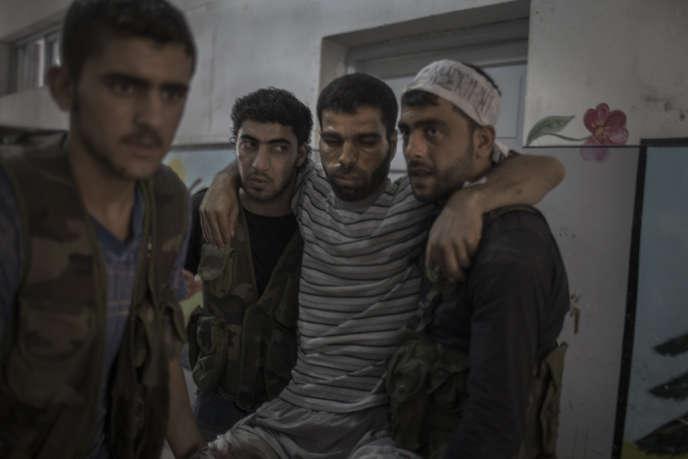 Un combattant de l'Armée syrienne libre (ASL) blessé à Alep pendant l'offensive de l'armée, le 28 juillet.