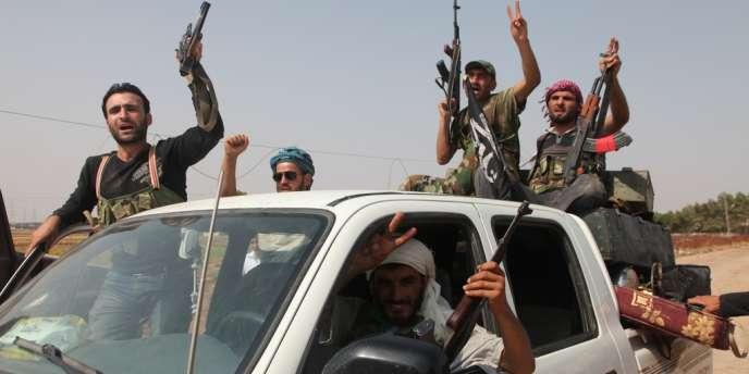 Des rebelles syriens fêtent la prise du poste de contrôle d'Anadan, au nord d'Alep, le 30 juillet 2012