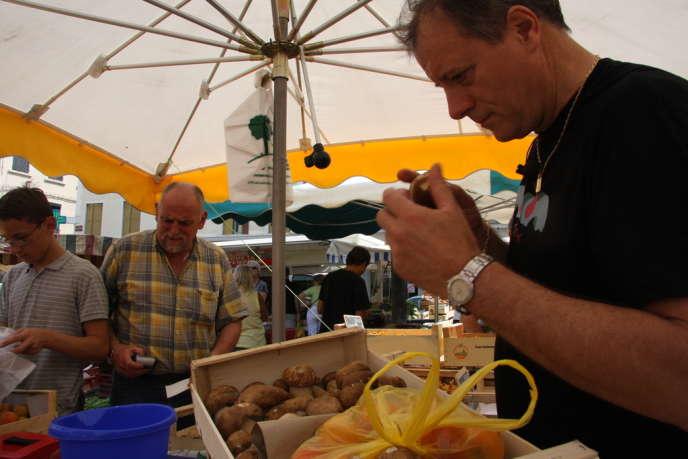 Le chef Patrick Henriroux au marché de Vienne.