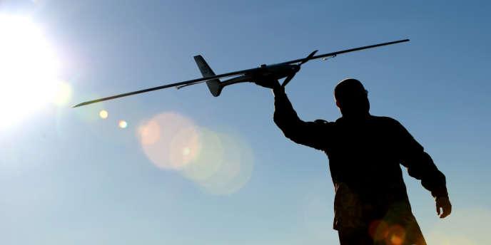 Un soldat néo-zélandais et son drone.