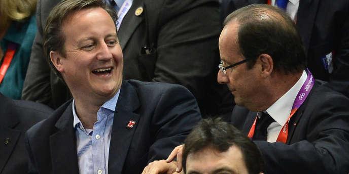 Le premier ministre britannique David Cameron et le président français François Hollande assistent, côte à côte, au match de l'équipe de France féminine de handball contre l'Espagne.