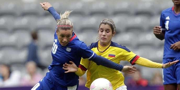 Camille Abily à la lutte avec la Colombienne Daniela Montoya, à Newcastle le 31 juillet.
