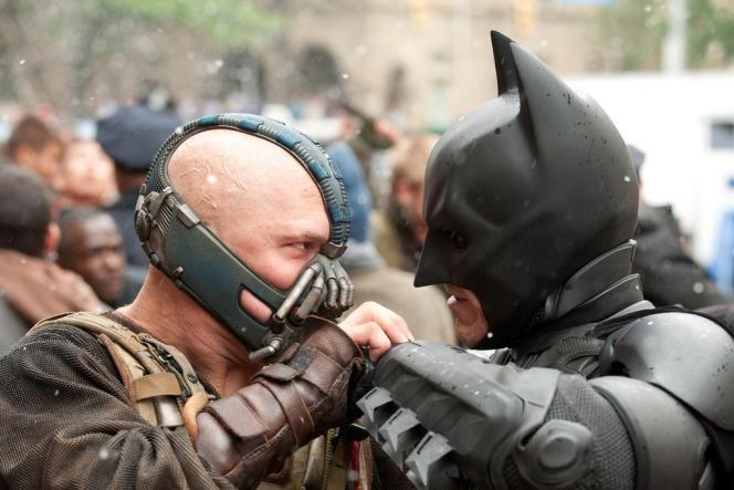 Bane (Tom Hardy) et Batman (Christian Bale) s'affrontent dans une scène de