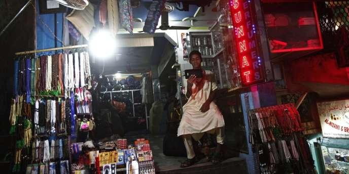 Les rues de Delhi étaient remplies des bruits de moteurs diesel faisant fonctionner les générateurs.