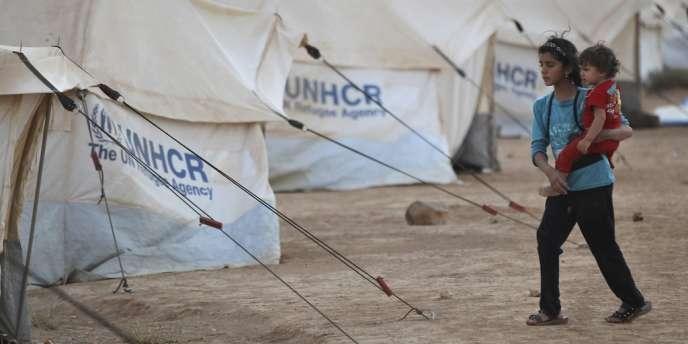 Deux réfugiés syriens dans le camps de Zaatari près de la ville de Mafrak, en Jordanie, le 31 juillet.
