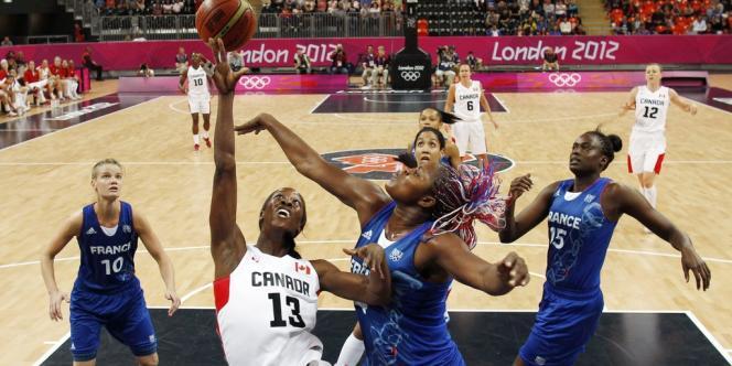 Un match entre le Canada et la France lors du tournoi de basket féminin des JO 2012.