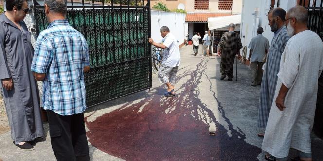Du sang de cochon a été déversé devant la mosquée de Montauban dans le sud de la France, le 1er août 2012.