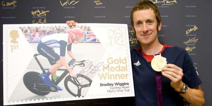 Bradley Wiggins reçoit lsa médaille d'or, le 2 août.