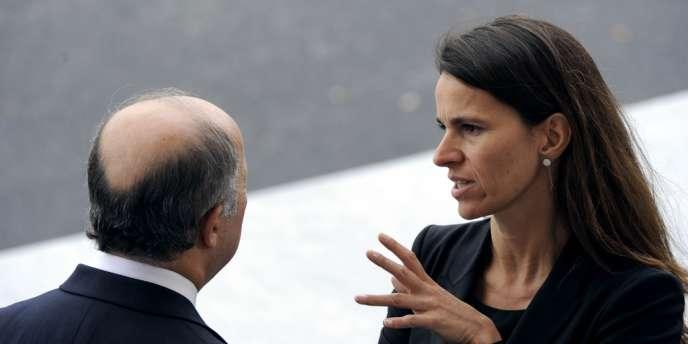 Aurélie Filippetti, avec le ministre des affaires étrangères, Laurent Fabius (de dos), lors du défilé du 14-Juillet, place de la Concorde à Paris.