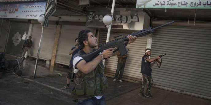 Une patrouille de l'armée syrienne libre dans le quartier de Tariq Al-Bab, à Alep, le 23 juillet 2012.