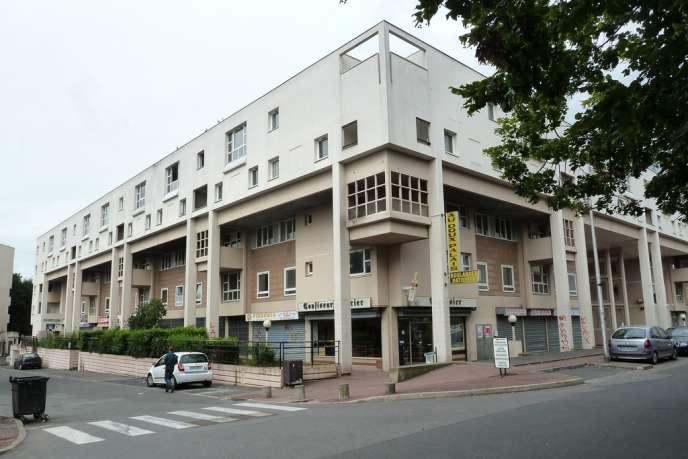L'immeuble créé par l'architecte russe Paul Chemetov à Courcouronnes. La barre, construite en 1983, a été vidée de ses habitants, en vue de sa destruction prévue pour 2013.