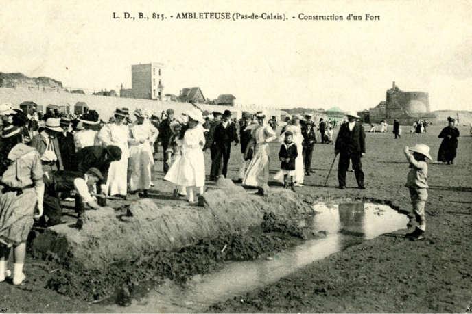 Scène de plage au début du XXe siècle. Au second plan, le fort Mahon, classé monument historique.