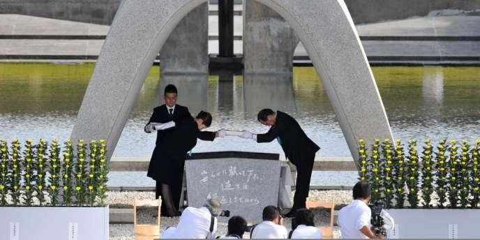 Cérémonie d'hommage aux dernières victimes de la bombe nucléaire, mortes l'année passée, devant le mémorial d'Hiroshima.