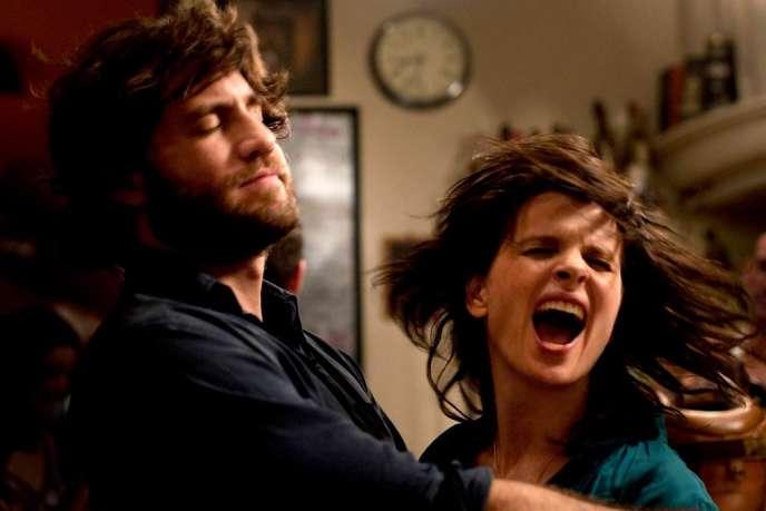 Juliette Binoche et Edgar Ramirez dans une scène du film français