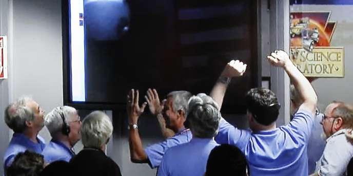 Des membres de l'équipe du Mars science laboratory (MSL) célèbrent le succès de l'atterrissage de Curiosity, le 6 août.