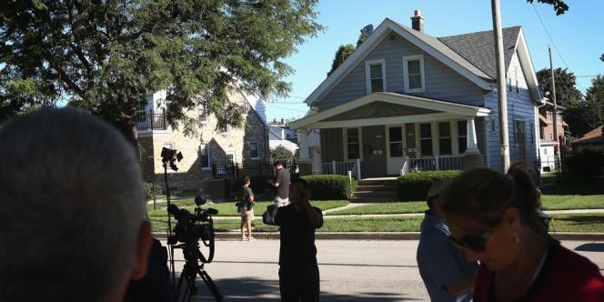 Des équipes de journalistes stationnaient lundi devant la maison de l'auteur présumé de la fusillade d'Oak Creek.
