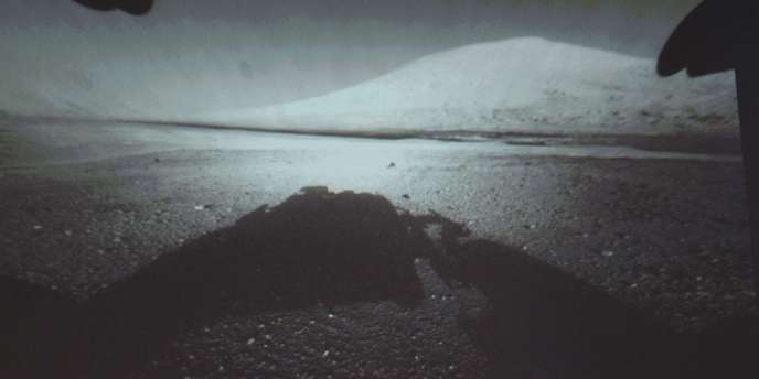 Image du mont Sharp, montagne de 5 000 mètres d'altitude sur la planète Mars, diffusée par le robot Curiosity, lundi 6 août.
