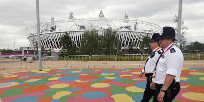 Des agents de sa Majesté patrouillent autour du Stade olympique. Londres, le 17 juillet.
