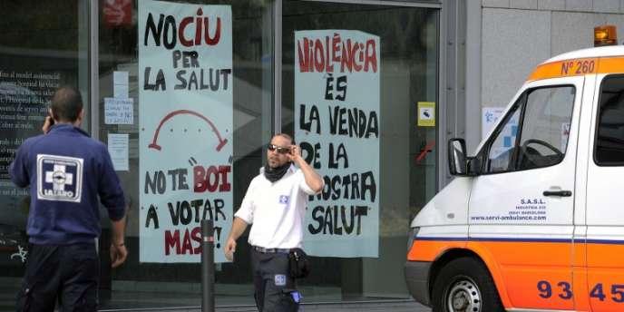 Affiches contre la cure d'austérité dictée par le gouvernement espagnol, sur un hôpital de Barcelone.