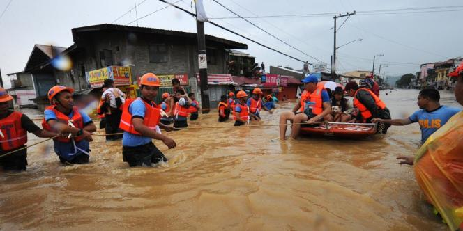 Inondations à Manille, lundi 6 août. Le changement climatique intensifie les événements extrêmes, comme les cyclones et les fortes pluies.