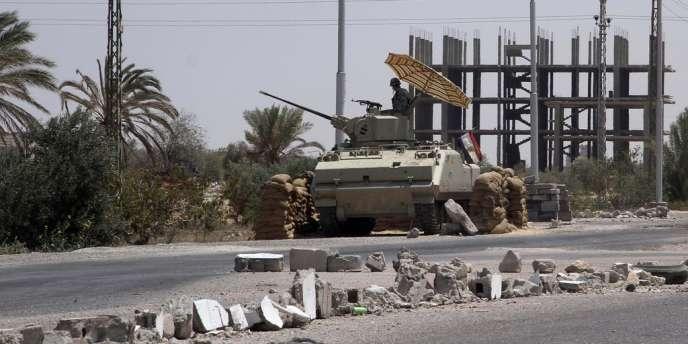 Un soldat égyptien patrouille au check-point de Rafah, seul point de passage entre le territoire isolé de Gaza et le monde extérieur qui ne soit pas contrôlé par Israël.