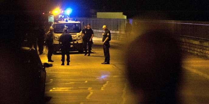 Des policiers postés à proximité de la maison où a eu lieu la prise d'otages, le 6 août à Dijon.