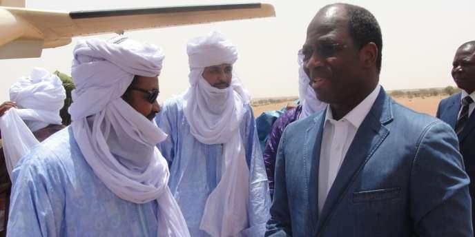 Djibril Bassolé, le ministre des affaires étrangères du Burkina Faso, a rencontré le chef d'Ansar Eddine, Iyad Ag Ghaly (à gauche), le 7 août, à Kidal, au nord du Mali.