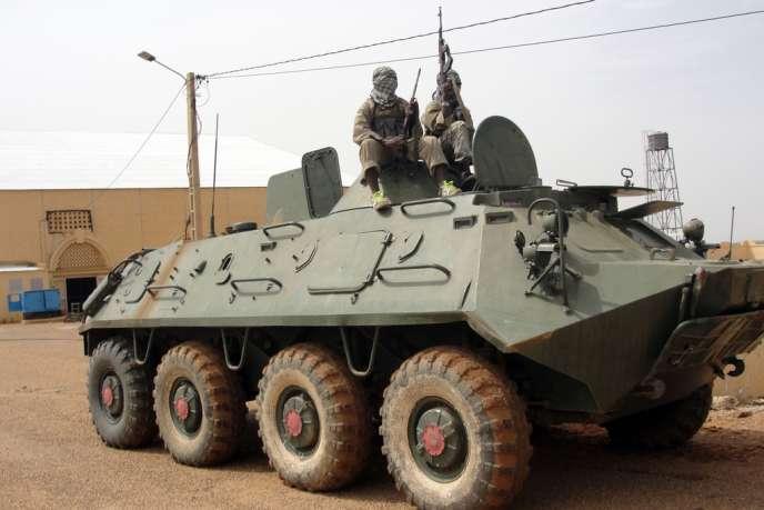 Des islamistes du Mouvement pour l'unicité et le djihad en Afrique de l'Ouest (Mujao), près de Gao, au Mali, en août 2012.