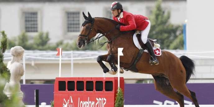 Steve Guerdat sur Nino des Buissonnets, champion olympique en saut d'obstacles.