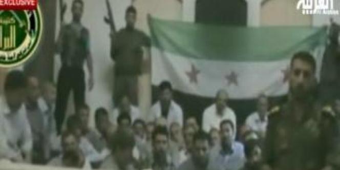 Un membre de la brigade Al-Baraa, de l'Armée syrienne libre, et les otages iraniens.