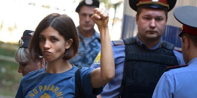 Nadejda Tolokonnikova, chanteuse du groupe Pussy Riot, au tribunal de Moscou, mercredi 8 août.