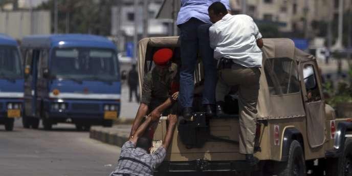 Après les funérailles des seize gardes-frontières égyptiens tués dimanche dans le Sinaï.