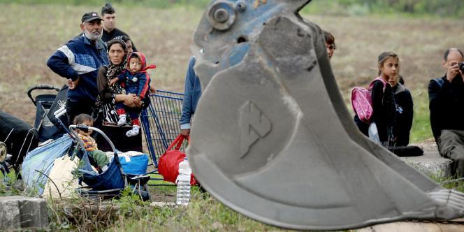 Photo d'archive, prise en août 2007, de pelleteuses arrivant sur le terrain à Vénissieux, près de Lyon.