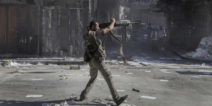 Un combattant rebelle de l'ASL fait feu contre l'armée régulière dans le centre d'Alep.