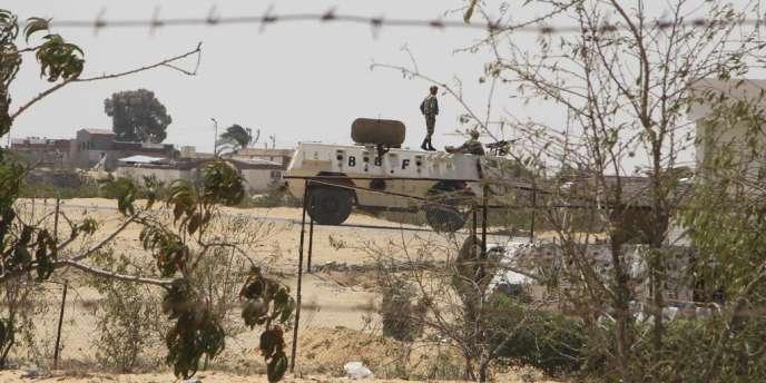 Patrouille de l'armée égyptienne à proximité du poste-frontière de Rafah, lundi 6 août.