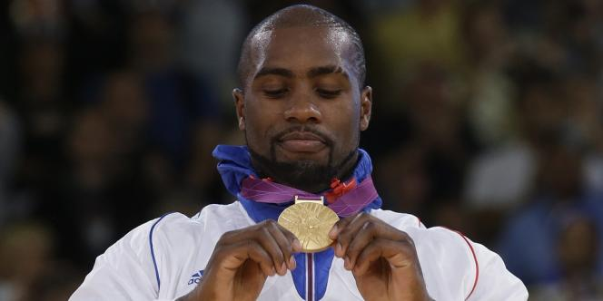 Teddy Riner contemple sa médaille d'or. Londres, le 3 août.