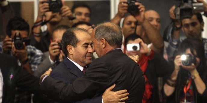 Accolade entre l'ancien premier ministre libyen Mahmoud Djibril (à gauche) et Moustafa Abdel Djalil, le président du CNT (à droite), mercredi 8 août à Tripoli.