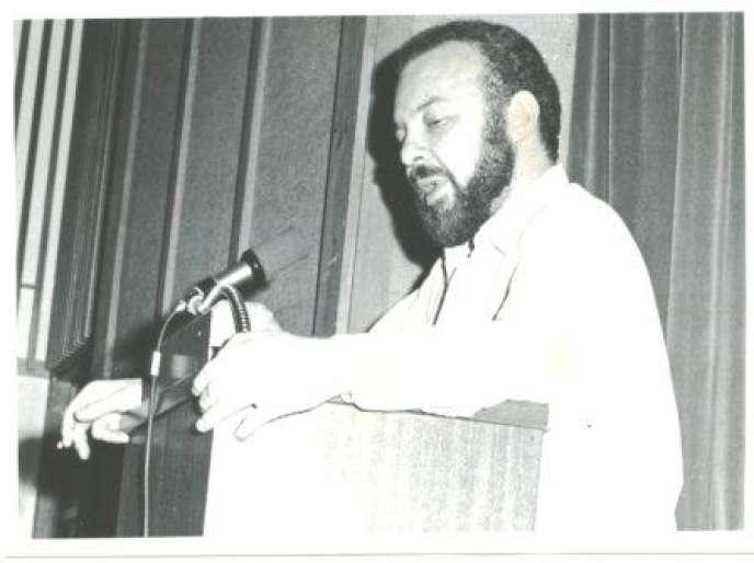 John Gerassi témoignant au tribunal Russel sur les crimes de guerre américains au Vietnam, en 1966.